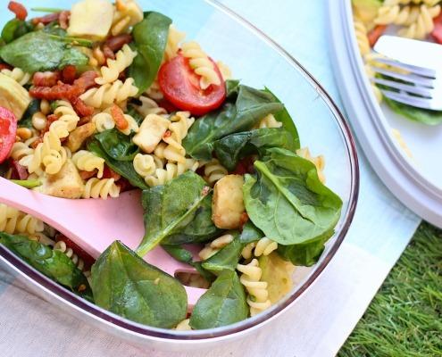 pastasalade met spinazie, avocado, tomaat en spekjes