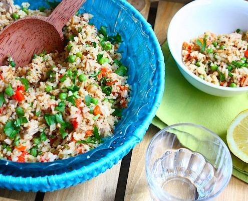 zilvervliesrijst salade met tonijn en geroosterde paprika