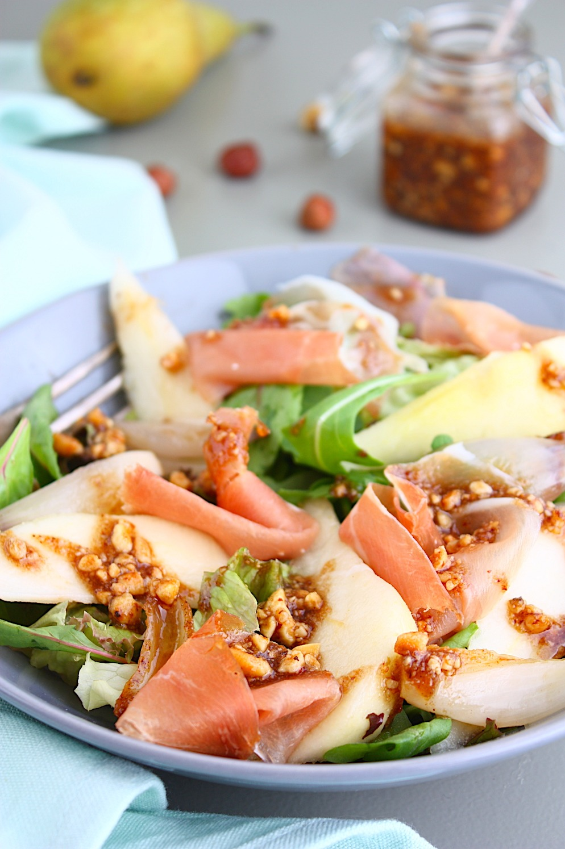 Salade met peer serranoham en hazelnoten