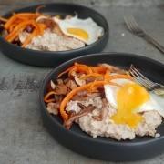 havermoutpap met gebakken paddenstoelen, geroosterde wortel en een spiegel ei online diëtist