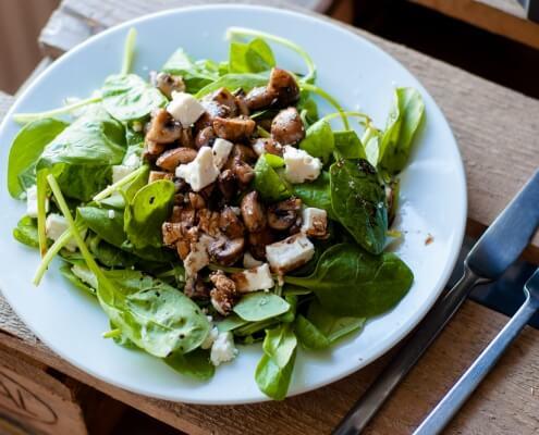 Veldslasalade met feta en gebakken champignons online diëtist