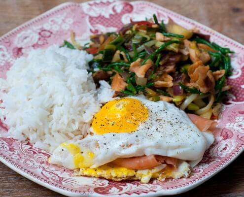 Wok met zeekraal en zalm en zalm-tartaar-burgertaartje met spiegelei online diëtist