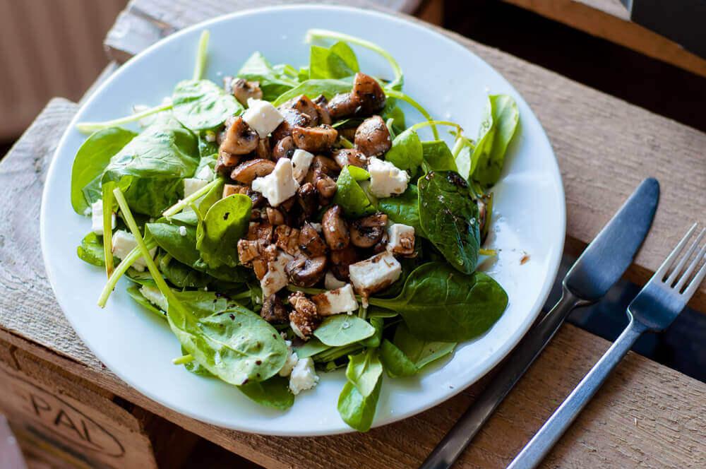 veldsalade met feta en gebakken champignons online diëtist
