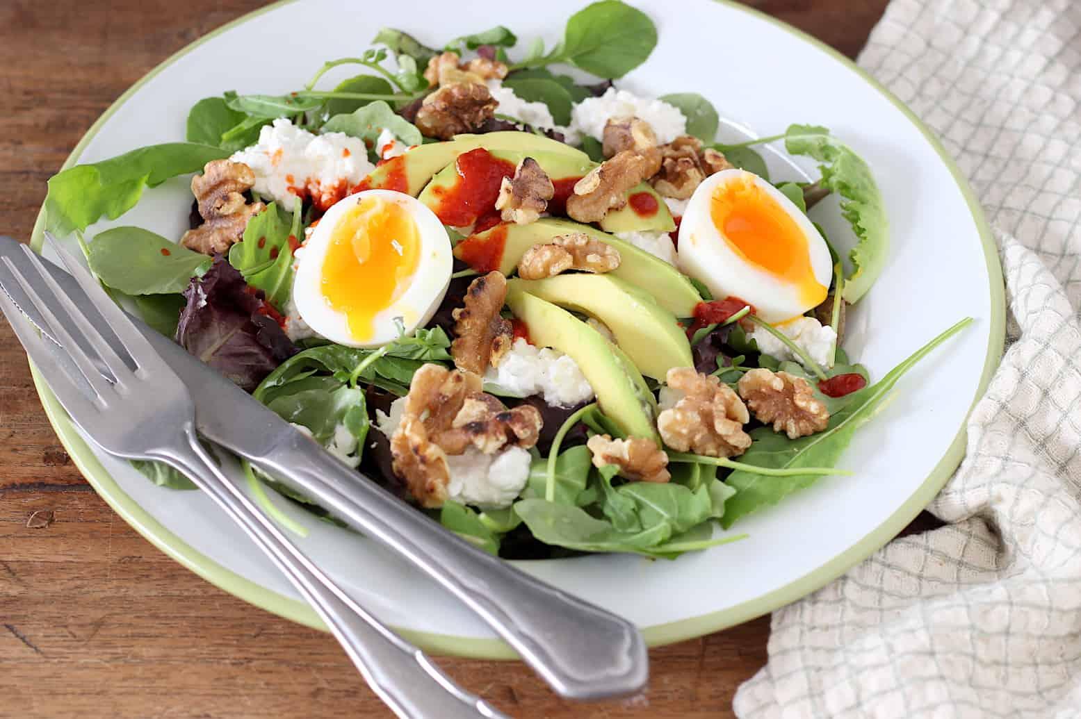 Salade met avocado, ei en sriracha online diëtist